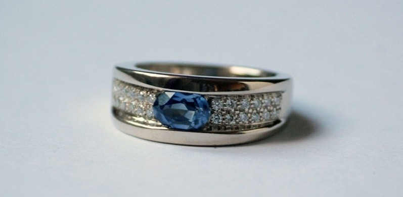 bague or gris saphir diamants